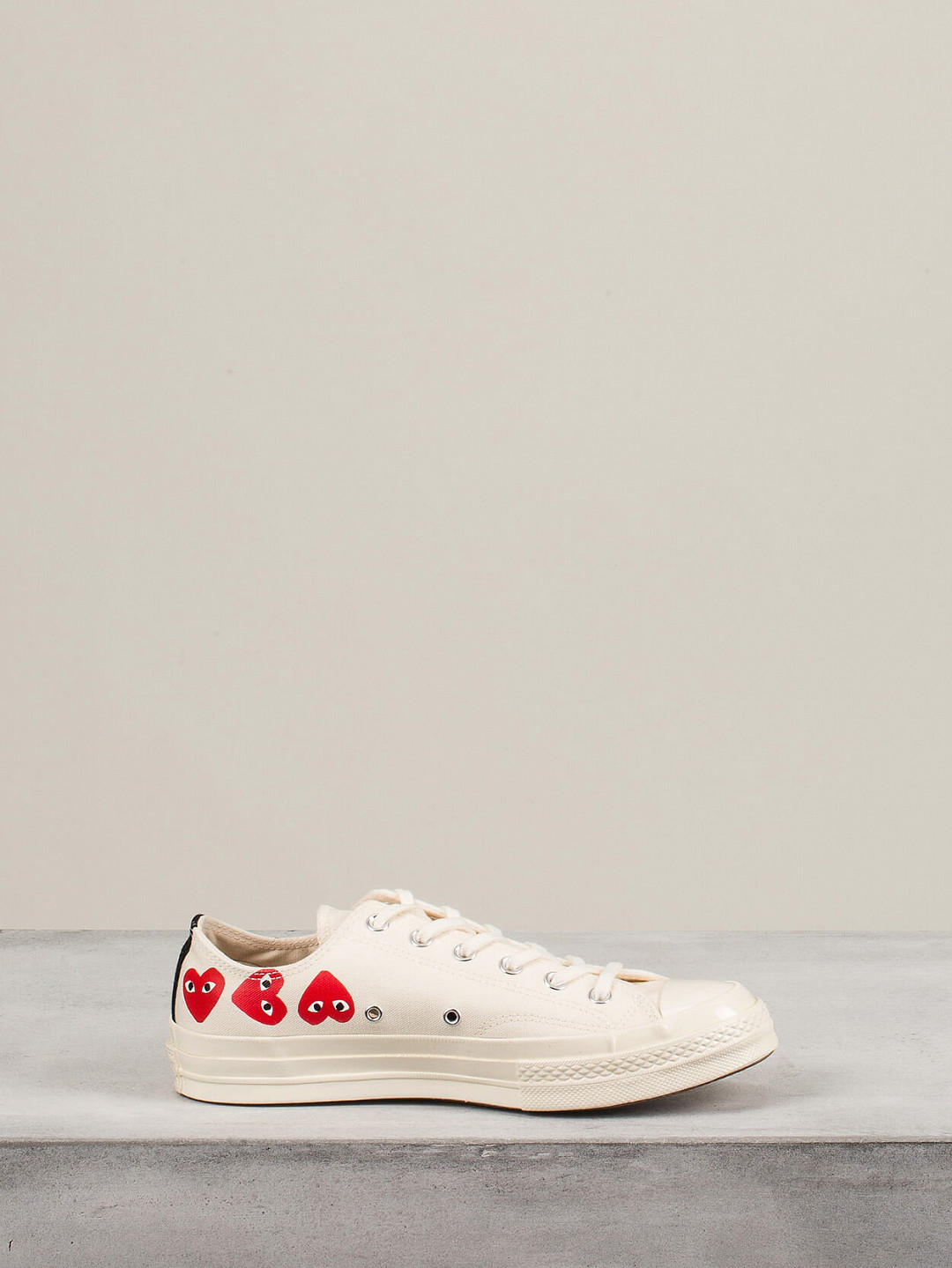 Play Converse Low Top Multi Hearts off white